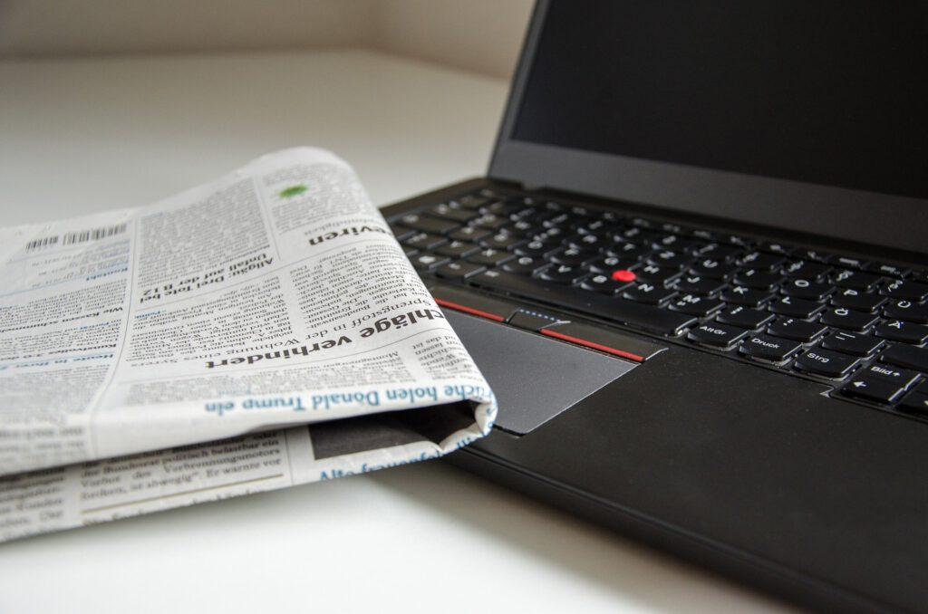 Symbolbild für Pressearbeit: Zeitung und Laptop
