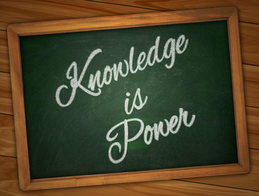 Weiße Kreideschrift auf grüner Tafel mit Holzrahmen: Knowledge is Power. Symbolbild für den Artikel Die 5 größten Irrtümer zu RESTART21
