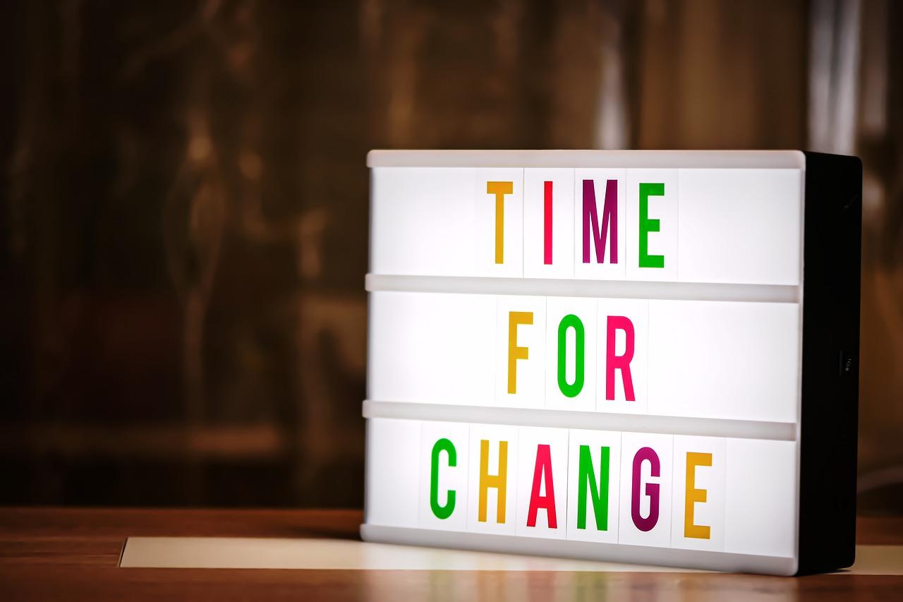"""Symbolbild: Leuchttafel mit Aufschrift """"time for change"""" in bunten Buchstaben. Ein Update zu den Themen ELF sowie Notvorstand für den AFVD"""