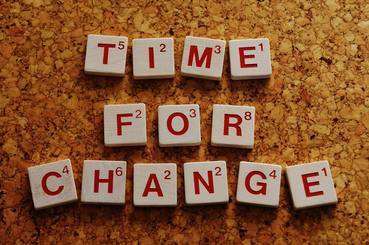 Symbolbild: Schriftzug Time for Change mit Scrabble-Spielsteinen auf Korkuntergrund gelegt.
